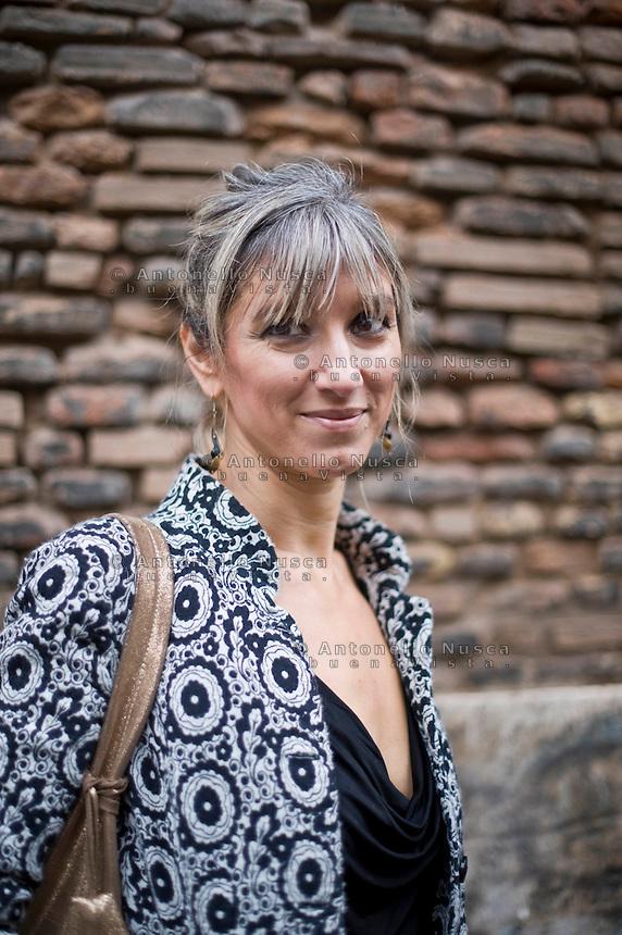"""Roma. La scrittrice Costanza Miriano ha pubblicato il suo libro in Spagna suscitando una marea di polemiche  arrivando a ricevere una denuncia da alcuni lettori in quanto la si accusa di """"apologia della violenza"""" Il suo libro """"Sposati e sottomettiti, anche in Italia aveva ricevuto molte critiche."""