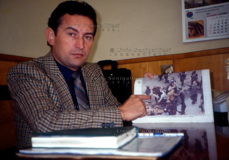 Bucarest / Romania 1990.Miron Cozma (nato 25 agosto 1954 a Derna, Bihor) leader sindacale dei minatori della Valle Jiu. Incarcerato per gli scontri di piazza a cui si riferisce la fotografia. Nel 2011 è sceso in politica fondando il Partito social-democratico dei lavoratori..Foto Livio Senigalliesi..Bucarest / Romania 1990.Miron Cozma (born August 25, 1954 in Derna, Bihor) is a former Romanian labor union organizer, leader of Romania's Jiu Valley coal miners' union and politician. He is best known for his role in leading the miners of the Jiu Valley during the 1991 riots (the Mineriad) which overthrew the reformist Petre Roman government. In 2011, he entered in politics and founded Worker's Social Democratic Party..Photo Livio Senigalliesi.