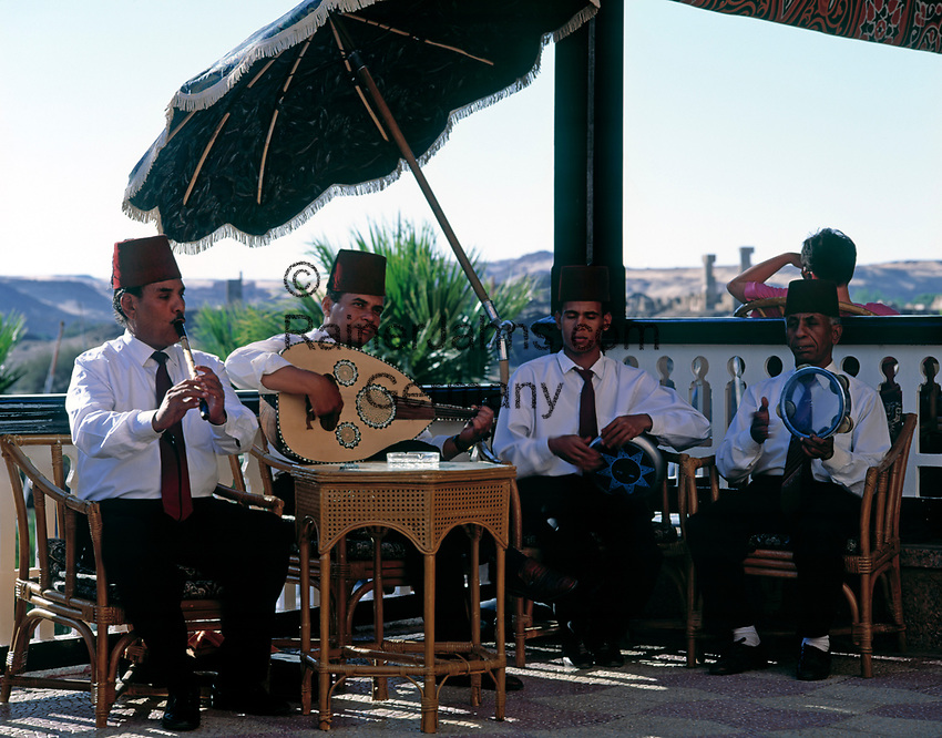 EGY, Aegypten, Assuan: Old Cataract Hotel, einheimische Musiker spielen auf der Terrasse | EGY, Egypt, Assuan: Old Cataract Hotel, local musicians playing at terrace