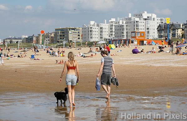 Nederland Scheveningen  2017 .  Hond uitlaten op het strand.    Foto Berlinda van Dam / Hollandse Hoogte