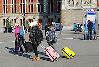 Nederland Amsterdam 2016 02 17. Toeristen bij Centraal Station