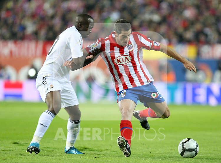 Atletico de Madrid's Antonio Lopez (r) and Real Madrid's Lass Diarra during La Liga match. November 7 2009. .(ALTERPHOTOS/Acero).