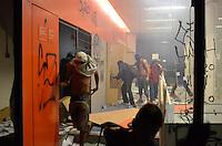 SÃO PAULO 18 JUNHO 2013 - PROTESTO CONTRA O AUMENTO DE TARIFA DE ONIBUS SP- Manifestantes queimam bases da PM e veiculo de reportagem da tv record e depredam agencias bancarias no viaduto do chá  na noite desta terça feira (18). É a 6ª manifestação organizada pelo MPL (Movimento Passe Livre) que reivindica a redução da passagem de ônibus na cidade de São Paulo. FOTO: LEVI BIANCO - BRAZIL PHOTO PRESS