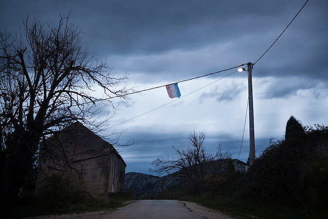 Eine kroatische Flagge h&auml;ngt &uuml;ber der alten napoleonischen Grenzstra&szlig;e zwischen Bosnien und Kroatien / A Croatian Flag hangs over the old Napoleonic road between the boarders of Bosnia and Croatia. <br /> <br /> Wer die Absicht hat, illegal in die EU einzureisen w&auml;hlt nicht den Weg &uuml;ber die offizielle Grenze, sondern den Weg durch schwieriges Gel&auml;nde. Die bergige Topographie erschwert die Kontrolle der gr&uuml;nen Grenze zwischen Bosnien-Herzegowina und Kroatien. / . People who want to cross the boarder to the European Union illegally, don't choose the official boarder but prefer difficult terrain. The mountainous topography of the area make it hard to control the green boarder between Bosnia-Herzegovina and Croatia.<br />