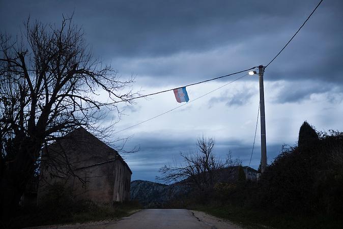 Eine kroatische Flagge hängt über der alten napoleonischen Grenzstraße zwischen Bosnien und Kroatien / A Croatian Flag hangs over the old Napoleonic road between the boarders of Bosnia and Croatia. <br /> <br /> Wer die Absicht hat, illegal in die EU einzureisen wählt nicht den Weg über die offizielle Grenze, sondern den Weg durch schwieriges Gelände. Die bergige Topographie erschwert die Kontrolle der grünen Grenze zwischen Bosnien-Herzegowina und Kroatien. / . People who want to cross the boarder to the European Union illegally, don't choose the official boarder but prefer difficult terrain. The mountainous topography of the area make it hard to control the green boarder between Bosnia-Herzegovina and Croatia.<br />Der kleine Ort Neum liegt in Bosnien-Herzegovina und bildet den einzigen Zugang zum Meer des Balkanlandes. Auf einer Länge von 9 km durchschneidet der Ort das kroatische Staatsgebiet (Neum-Korridor) Seit dem EU-Beitritt Kroatiens ist Neum auf beiden Seiten von EU-Außengrenzen eingeschlossen. / The small city of Neum in Bosnia and Herzegovina is the only place in Bosnia, where the country has access to the adriatic sea. Over a length of 9 kilometers the area cuts Croatian territory in two pieces. Since Croatia became part of the European Union, the city of Neum is enclosed between two EU-boarders.