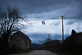Eine kroatische Flagge hängt über der alten napoleonischen Grenzstraße zwischen Bosnien und Kroatien / A Croatian Flag hangs over the old Napoleonic road between the boarders of Bosnia and Croatia. <br /> <br /> Wer die Absicht hat, illegal in die EU einzureisen wählt nicht den Weg über die offizielle Grenze, sondern den Weg durch schwieriges Gelände. Die bergige Topographie erschwert die Kontrolle der grünen Grenze zwischen Bosnien-Herzegowina und Kroatien. / . People who want to cross the boarder to the European Union illegally, don't choose the official boarder but prefer difficult terrain. The mountainous topography of the area make it hard to control the green boarder between Bosnia-Herzegovina and Croatia.<br />