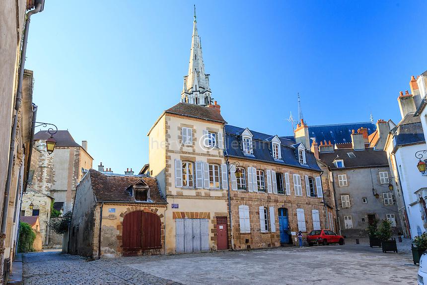 France, Allier (03), Moulins, la place de l'Ancien palais et le clocher de la cathédrale // France, Allier, Moulins, Ancien palais square and the cathedral behind