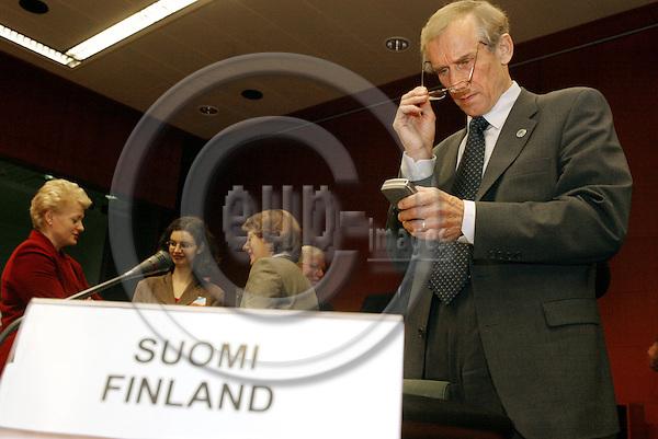 BRUSSELS - BELGIUM - 04 NOVEMBER 2003 -- The ECO / FIN EU-Coucil meeting.-- The Finnish Finance Minister Antti KALLIOM?KI (Kalliomaeki) with his mobilephone (GSM) before the start of the meeting. -- PHOTO: JUHA ROININEN / EUP-IMAGES
