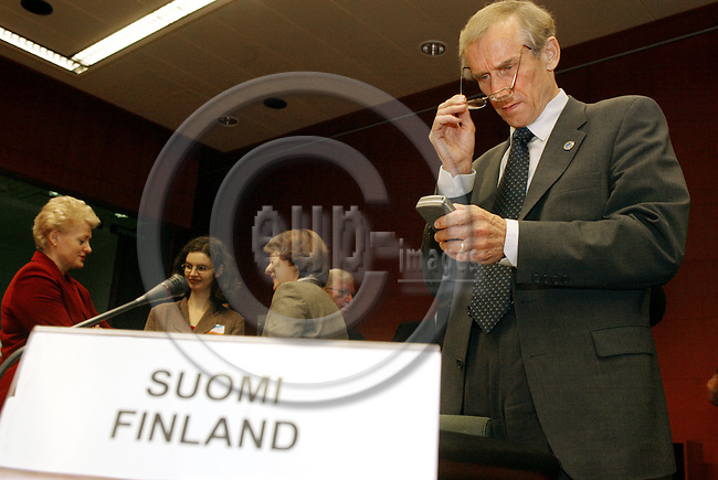 BRUSSELS - BELGIUM - 04 NOVEMBER 2003 -- The ECO / FIN EU-Coucil meeting.-- The Finnish Finance Minister Antti KALLIOM?KI (Kalliomaeki) with his mobilephone (GSM) before the start of the meeting. -- PHOTO: JUHA ROININEN / EUP-IMAGES