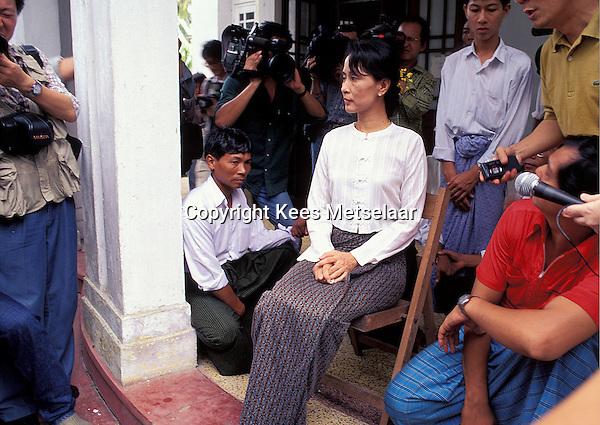 Birma/Myanmar, Rangoon/Yangon, 21 Juli 1995..Aung San Suu Kyi, Algemeen Sekretaris van de NLD oppositie partij spreekt met de pers na haar vrijlating uit huisarrest...Burma/Myanmar, Rangoon/Yangon, July 21 1995..Aung San Suu Kyi, Secretary General of the NLD party speaks with the world press a few days after her release from house arrest...Photo Kees Metselaar