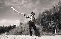 Nederland Schoorl -  December 2019 . Midwinterhoornblazen bij het Buitencentrum in de Schoorlse Duinen. Midwinterhoornblazen is oorspronkelijk een eeuwenoude traditie uit Twente en de Achterhoek. Midwinterhoornblazen is opgenomen in de nationale inventarisatie van Immaterieel Cultureel Erfgoed. Foto mag niet in negatieve / schadelijke context gepubliceerd worden. Foto Berlinda van Dam / Hollandse Hoogte