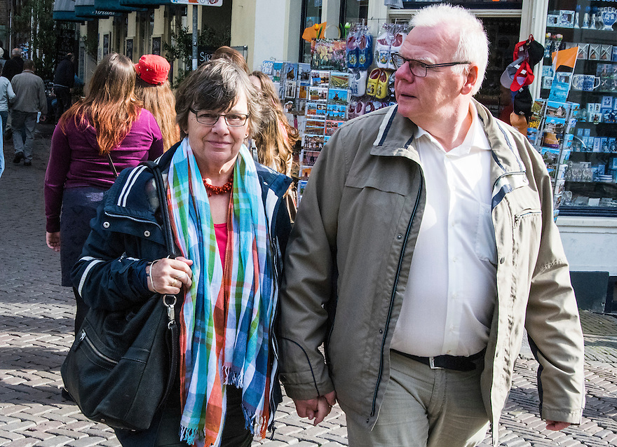 Nederland, Utrecht, 10 okt 2014<br /> Mensen op straat. Ouder stel loopt hand in hand door de binnenstad van Utrecht.<br /> Foto: (c) Michiel Wijnbergh