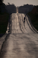 Rodovia Transamazônica sendo asfaltada, áreas sem asfalto e plantações de cacau, importante atividade econômica na região..<br /> Medicilândia, Pará, Brasil.<br /> Foto Paulo Santos