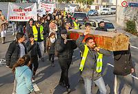 Demonstration der Anwohner und Sympathisanten vom Bahnhof Kelsterbach zum Rathaus für den Erhalt des Kiosk von Mehmet Karaüzüm  - 21.02.2019: Demonstration für den Erhalt des Kiosk an der Niederhölle in Kelsterbach