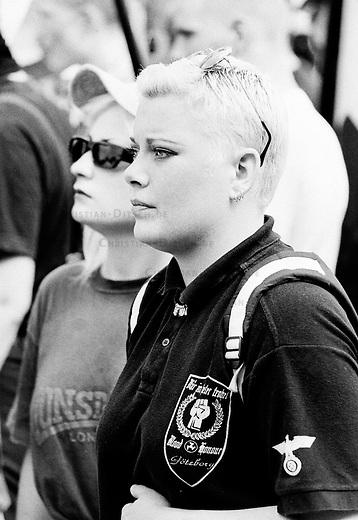 Anleaaslich des Todestages des Hitlerstellvertreters Rudolf Hess, demonstrierten im daenischen Roskilde mehrere hunder Neonazis aus Skandinavien und Deutschland mit einem sogenannten Hess-Marsch. Die Demonstranten wurde von Einwohnern des Ortes gestoppt und aus dem Ort vertrieben.<br /> Hier: Eine schwedische Frau aus Goeteborg, Mitglied der rechtsextremen  Blood&amp;Honour-Bewegung.<br /> Roskilde, 19.8.1995<br /> Copyright: Christian-Ditsch.de<br /> [Inhaltsveraendernde Manipulation des Fotos nur nach ausdruecklicher Genehmigung des Fotografen. Vereinbarungen ueber Abtretung von Persoenlichkeitsrechten/Model Release der abgebildeten Person/Personen liegen nicht vor. NO MODEL RELEASE! Nur fuer Redaktionelle Zwecke. Don't publish without copyright Christian-Ditsch.de, Veroeffentlichung nur mit Fotografennennung, sowie gegen Honorar, MwSt. und Beleg. Konto: I N G - D i B a, IBAN DE58500105175400192269, BIC INGDDEFFXXX, Kontakt: post@christian-ditsch.de<br /> Bei der Bearbeitung der Dateiinformationen darf die Urheberkennzeichnung in den EXIF- und  IPTC-Daten nicht entfernt werden, diese sind in digitalen Medien nach &sect;95c UrhG rechtlich geschuetzt. Der Urhebervermerk wird gemaess &sect;13 UrhG verlangt.]