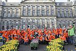 Foto: VidiPhoto<br /> <br /> AMSTERDAM &ndash; Duizenden toeristen en inwoners van Amsterdam stonden zaterdag urenlang in de rij op de Dam om een gratis bosje tulpen te bemachtigen. Onder grote belangstelling vond daar de internationale aftrap plaats van het tulpenseizoen. Nederlandse tulpenkwekers (TPN) hadden voor het achtste jaar op rij een gigantische pluktuin aangelegd met 200.000 kleurrijke tulpen. Naar schatting 17.000 bezoekers uit binnen- en buitenland kwamen naar Amsterdam om te genieten van de bloemenpracht en om zelf een bosje tulpen te plukken. De Nationale Tulpendag, met als thema Flowerpower, werd geopend door de Nederlandse tv-persoonlijkheid Quinty Trustfull die haar eigen tulp mocht dopen. Tegelijkertijd met Amsterdam is in Antwerpen voor het tweede achtereenvolgende jaar een pluktuin met zo&rsquo;n 100.000 tulpen aangelegd.