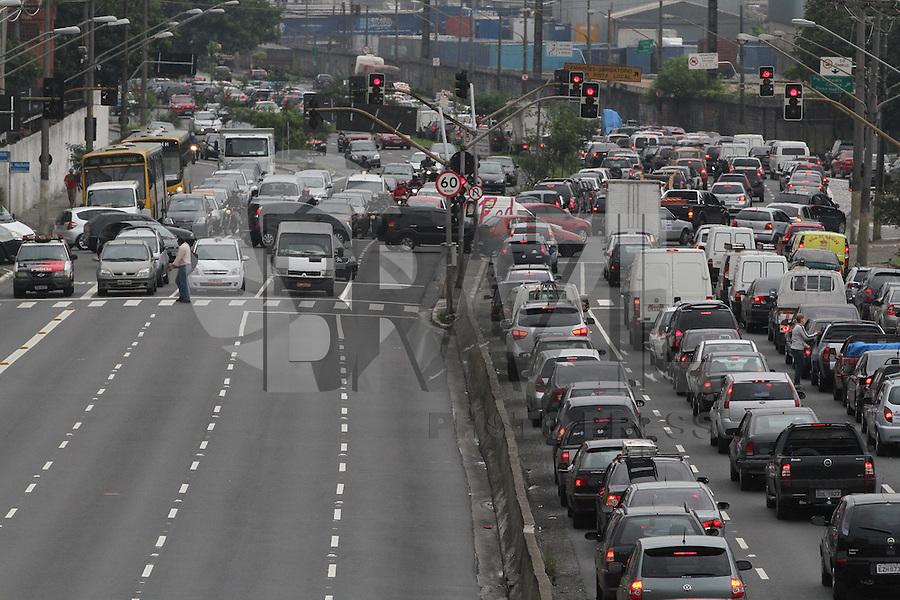 SÃO PAULO, SP, 13/02/2012, TRANSITO AV. RADIAL LESTE.<br /> Transito pesado na Av. Radial Leste sentido do centro na manhã de hoje (13).FOTO: LUIZ GUARNIERI - NEWS FREE.