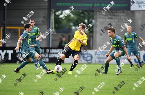 2016-08-21 / Voetbal / Seizoen 2016-2017 / Zwarte Leeuw - Sint-Lenaarts / Bart Cornelissen (Zwarte Leeuw) tussen Pieter Fasseur (l.) en Rob Wouters<br /> <br /> ,Foto: Mpics.be