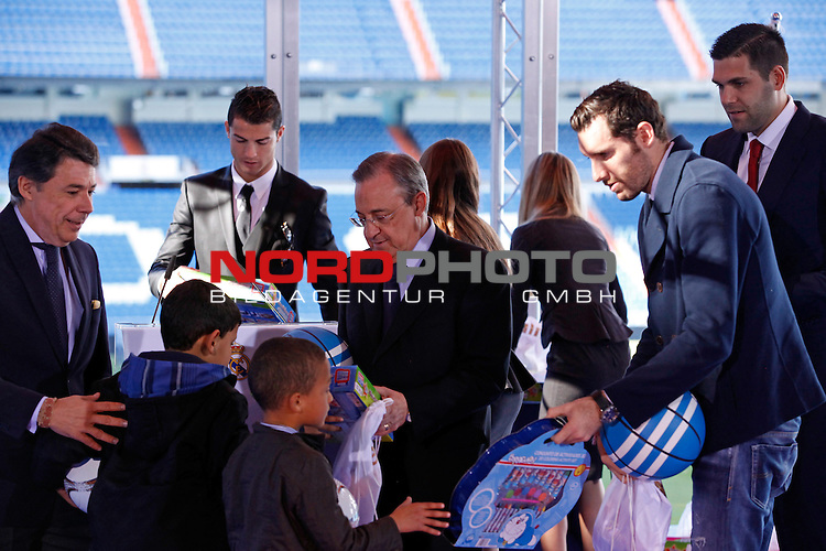 Real Madrid¬¥s Felipe Reyes (L) and Rudy Fernandez attend the presentation of No kids without a present on Christmas campaign at Bernabeu stadium in Madrid, Spain. December 16, 2013. Foto © nph / Victor Blanco)