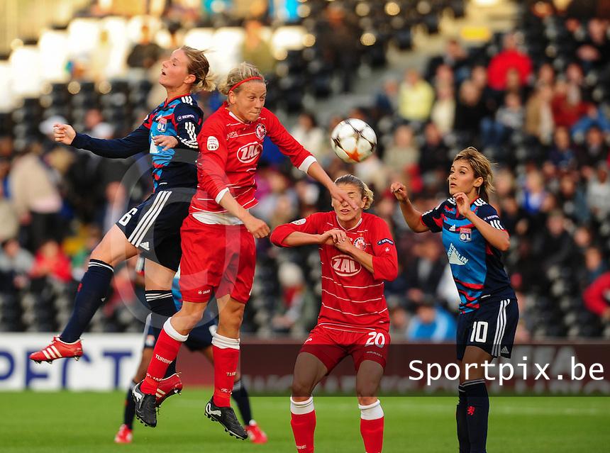 Uefa Women 's Champions League Final 2011 at Craven Cottage Fulham - London : Olympique Lyon - Turbine Potsdam : luchtduel tussen Amandine Henry (links) , Viola Odebrecht voor de toekijkende Bianca Schmidt en Louisa Necib.foto DAVID CATRY / JOKE VUYLSTEKE / Vrouwenteam.be.
