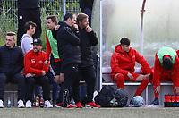 Trainer Driton Kameraj (r., Büttelborn) an der Bank - Büttelborn 15.05.2019: SKV Büttelborn vs. Kickers Offenbach, A-Junioren, Hessenpokal Halbfinale