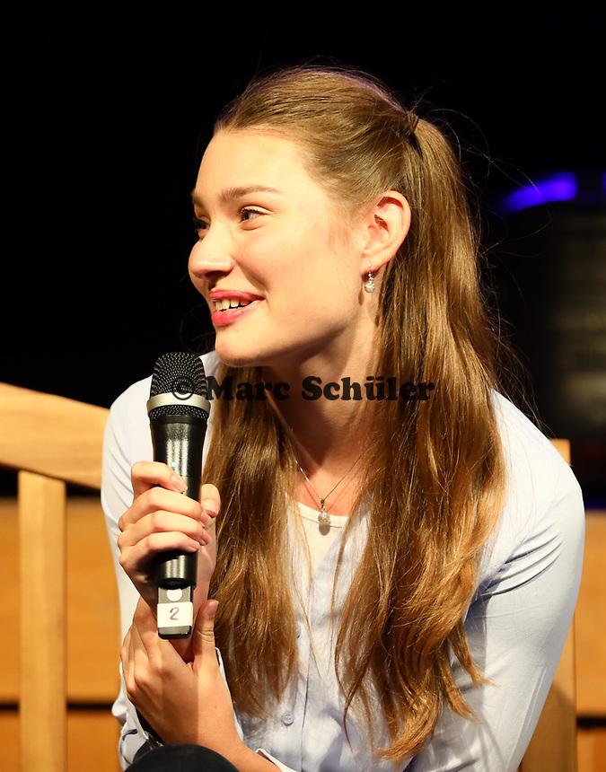 "Schauspielerin und Model Leia Holtwick (""Immenhof"") hat Spaß beim Interview - Büttelborn 03.09.2019: Vun de Gass herunner, Biddelberner Babbelbank"
