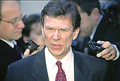 United States Senate Minority Leader Tom Daschle (Democrat of South Dakota) meets reporters at the White House in Washington, DC following his meeting with US President Bill Clinton and bipartisan and bicameral leaders on January 5, 1995.<br /> Credit: Ron Sachs / CNP
