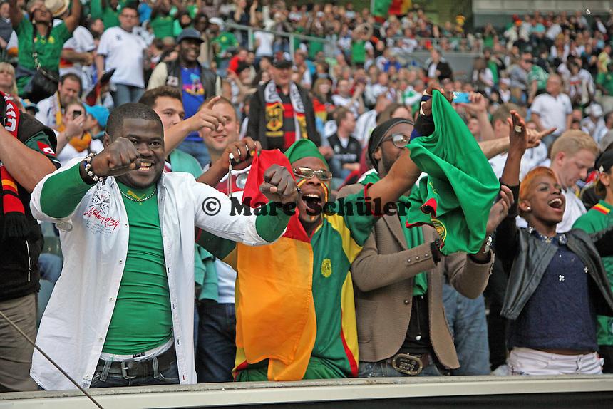 Fans aus Kamerum feiern friedlich - Deutschland vs. Kamerun, Mönchengladbach