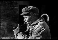Archivo analógico, un hombre fuma en pipa en un pueblo de la montaña de Lugo.Pedro Eliseo Agrelo Trigo