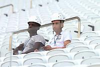 SAO PAULO, SP, 16.05.2014 - TREINO CORINTHIANS - Operarios durante treino do Corinthians no Estadio de Itaquera na regiao leste da cidade de Sao Paulo nesta sexta-feira. (Foto: Vanessa Carvalho / Brazil Photo Press).