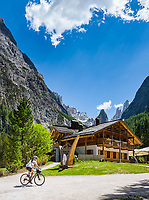 Italy, South Tyrol (Trentino - Alto Adige), near Sexten, district Moos: the picturesque Fischleintal (Val Fiscalina) at Drei Zinnen Nature Park (Parco Naturale Tre Cime), side valley of Sexten Valley (Valle di Sesto) - mountain hut Rifugio Fondo Valle and Sexten Dolomites (Dolomiti di Sesto) La meridiana di Sesto with summits Zwoelferkofel (Cima Dodici) | Italien, Suedtirol, bei Sexten, Ortsteil Moos: das malerische Fischleintal im Naturpark Drei Zinnen - ein Nebental des Sextentals - die Talschlusshuette vor der Sextener Sonnenuhr mit dem Zwoelferkofel