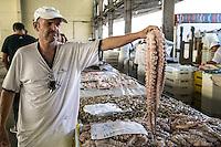 SAO PAULO, SP, 27 DE MARÇO DE 2013. OITAVA SANTA FEIRA DO PEIXE NA CEAGESP. Vendedor mostra polvo a venda na oitava santa feira do peixe que acontece no Patio do Pescado da  Ceagesp.  Esta feira acontece antes das festividades da semana santa e os clientes podem comprar vários tipos de peixes com preço de atacado. A feira acontece ate o dia 28 de março a partir das 14 horas. FOTO ADRIANA SPACA/BRAZIL PHOTO PRESS