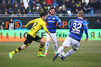 Christian Pulisic (Borussia Dortmund) gegen Marcel Heller (SV Darmstadt 98) und Fabian Holland (SV Darmstadt 98)- 11.02.2017: SV Darmstadt 98 vs. Borussia Dortmund, Johnny Heimes Stadion am Boellenfalltor