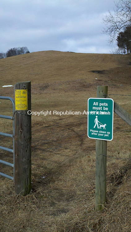 SOUTHBURY, CT. - 25 Jan. 2012 - 012512CG01 - The Southbury Land Trust has posted signs at the entrances to its preserves notifying people dogs must be on leashes. This sign is at an entrance to Platt Farm on Flood Bridge Road. Chris Gardner Republican-American