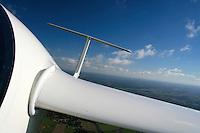 Leitwerk: EUROPA, DEUTSCHLAND, HAMBURG 16.10.2005: Segelflugzeug, ASH 26 E, Blick im Flug auf das Leitwerk nach hinten, Mueckenputzer