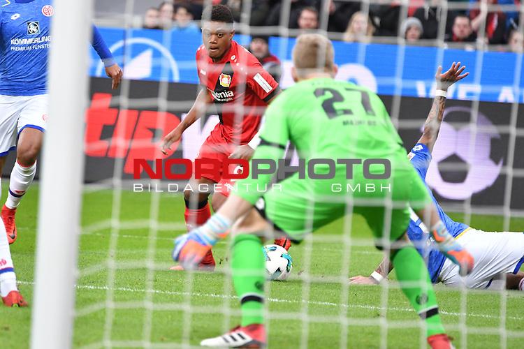 28.01.2018, BayArena, Leverkusen , GER, 1.FBL., Bayer 04 Leverkusen vs. 1. FSV Mainz 05<br /> im Bild / picture shows: <br /> Leon Bailey (Leverkusen #9), im Zweikampf gegen  Robin Zentner Torwart (Mainz 05 #27), <br /> <br /> <br /> Foto &copy; nordphoto / Meuter