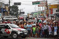 CARAPICUIBA, SP - 31.01.2012 - ASSALTO A BANCO ITAU CARAPICUIBA - Um assaltante foi morto e quatro foram presos apos tentativa de assalto em uma agencia do banco Itau, em Carapicuiba, na Grande Sao Paulo, nesta terca-feira (31), em Carapicuiba na Grande SP. Segundo a Delegacia Seccional da cidade, os criminosos entraram armados no banco, que fica na avenida Inocencio Serafico, por volta das 16h. A Polícia Militar foi acionada e a avenida bloqueada por viaturas. Houve troca de tiros. (Foto: Renato Silvestre/NewsFree)