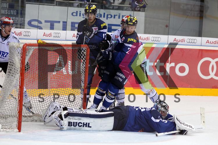 77 Uli Maurer  (Stuermer Schwenninger Wild Wings) scheitert an 51 Torwart Timo Pielmeier (Turhueter ERC Ingolstadt)<br /> 2 Patrick McNeil (Verteidiger ERC Ingolstadt) und 17 Petr Taticek (Stuermer ERC Ingolstadt) beim Spiel, ERC Ingolstadt (blau) - Schwenninger Wild Wings (weiss).<br /> <br /> Foto &copy; PIX-Sportfotos *** Foto ist honorarpflichtig! *** Auf Anfrage in hoeherer Qualitaet/Aufloesung. Belegexemplar erbeten. Veroeffentlichung ausschliesslich fuer journalistisch-publizistische Zwecke. For editorial use only.