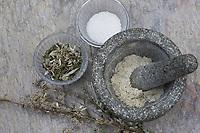 Beifuss-Salz, Beifuß wird im Mörser zerkleinert und zu Kräutersalz, Gewürzsalz, Würzsalz verarbeitet, Gewöhnlicher Beifuß, Beifuss, Artemisia vulgaris, Mugwort, common wormwood, herb-salt, salt, L'Armoise commune, Armoise citronnelle