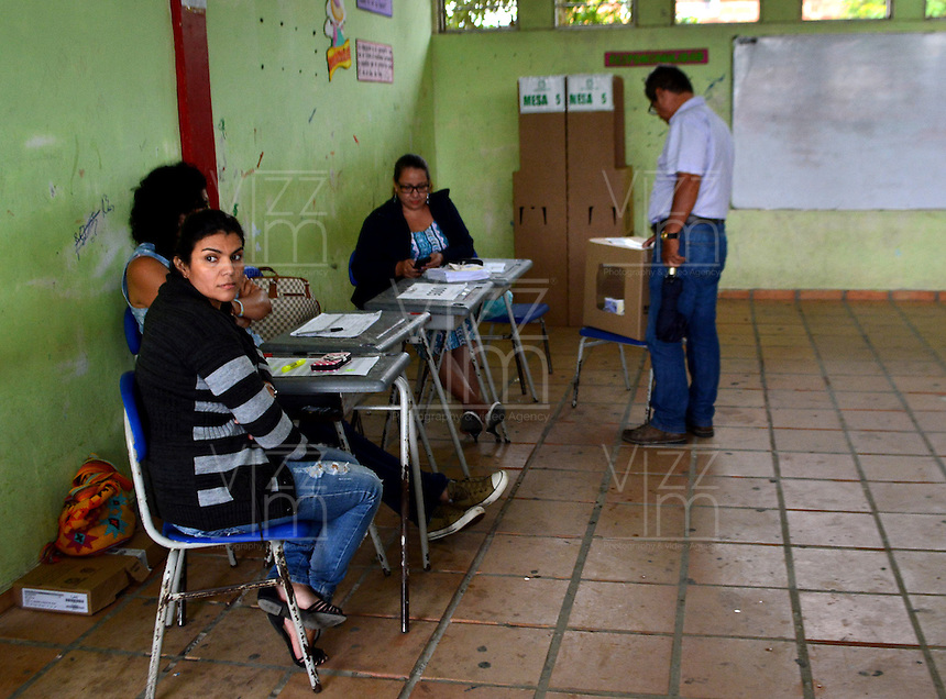 LETICIA - COLOMBIA - 02 - 10 - 2016: Ciudadanos acuden a las urnas para votar durante el Plebisto, escribiendo un nuevo capitulo en la historia del pais. Hoy los colombianos acuden a las urnas para decir SI o NO al acuerdo de Paz firmado entre el Gobierno y las Fuerzas Armadas Revolucionarias de Colombia Ejercito del Pueblo (FARC-EP) / Citizens go to the polls to vote writing a new chapter in the history of the country. Today Colombians go to the polls to say YES or NO to the peace agreement signed between the government and the Revolutionary Armed Forces of Colombia People's Army (FARC-EP) Photo: VizzorImage / Julio Mejia / Cont.