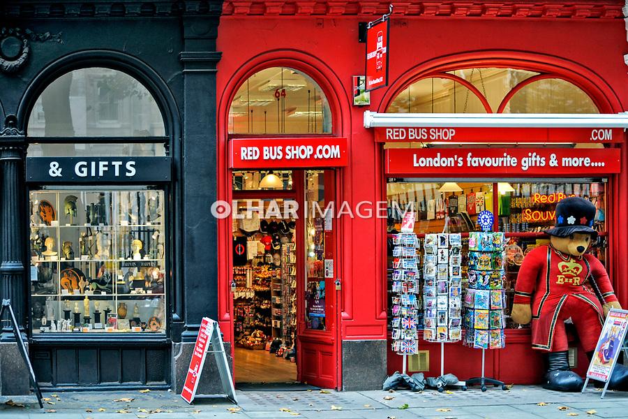 Lojas em rua comercial. Londres. Inglaterra. 2008. Foto de Juca Martins.