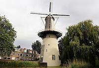 Schiedam- De Drie Koornbloemen.  De Schiedamse molens zijn de hoogste klassieke windmolens ter wereld. Er zijn 6 molens overgebleven van de twintig die ooit in Schiedam stonden. De molens werden ingezet als brandersmolens, en maalden gemout graan voor de branders, die moutwijn stookten voor de jeneverindustrie. Sinds 2006 heeft Schiedam een zevende (moderne) molen. De Drie Koornbloemen uit 1770 is de oudste nog bestaande molen in Schiedam en is eigendom van 18 branders. Het is de enige molen met een aan de molen verbonden molenaarshuis