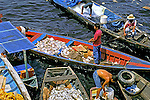 Mercado de peixes no Rio Negro. Manaus. Amazonas. 1999. Foto de Juca Martins.