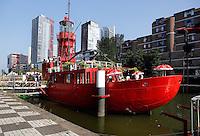 Havenmuseum Rotterdam.Terras op een  oude vuurtorenboot .