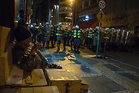 SAO PAULO, SP, 07.10.2013 - Manifestante entram em confronto com policiais na noite desta segunda-feira(07), ato em prol aos professores na região da Republica centro de São Paulo. (Foto: Amauri Nehn / Brazil Photo Press).