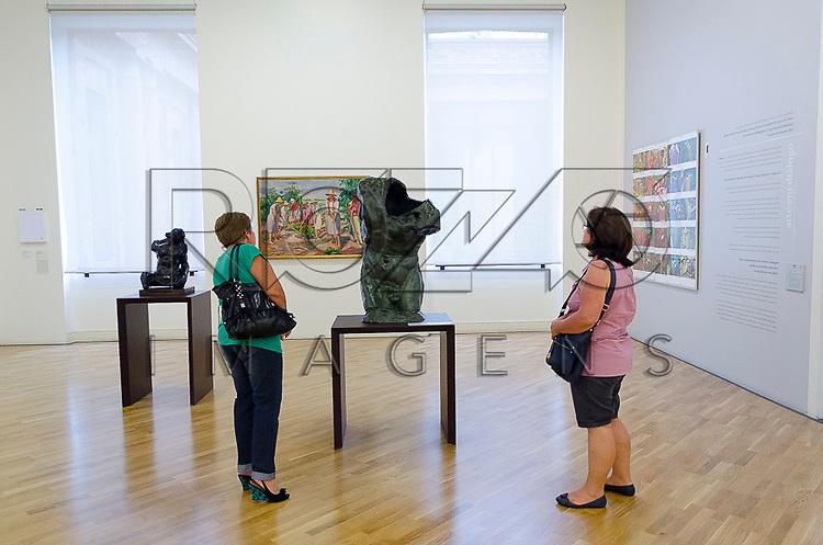 Visitantes observam obra em exposição na Pinacoteca do Estado de São Paulo, São Paulo - SP, 01/2013.                                     - Uso de imagem autorizado