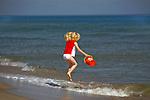 Jurata, 2008-06-20. Dziewczynka bawiąca się na plaży w Juracie, Półwysep Helski