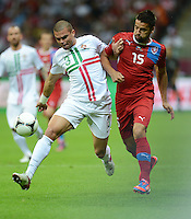 FUSSBALL  EUROPAMEISTERSCHAFT 2012   VIERTELFINALE Tschechien - Portugal              21.06.2012 Pepe (li, Portugal) gegen Milan Baros (re, Tschechische Republik)