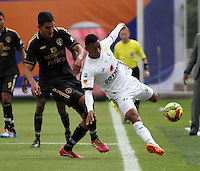 BOGOTA -COLOMBIA. 1-03-2014.  Norbey Salazar (Izq)  de Fortaleza F.C. disputa el balon contra Freddy Hinestroza  de La Equidad partido por la novena  fecha de La liga Postobon 1 disputado en el estadio Metropolitano de Techo . /   Norbey Salazar (L) of Fortaleza F.C.  fights the ball  against  Freddy Hinestroza of La Equidad  of  nine round during the match  of The Postobon one league  at the Metropolitano of Techo Stadium . Photo: VizzorImage/ Felipe Caicedo / Staff