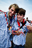 Two Swiss scouts are presenting their traditional dish. Photo: Fredrik Sahlström/Scouterna